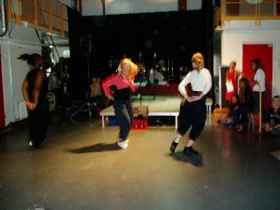 Tre andra tjejer som dansar