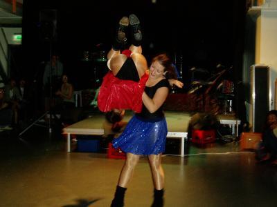 Två yrkesdansare gör ett bra dansnummer