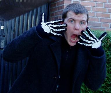 -Jag kan inte leva utan mina skelettvantar! Albin, 18