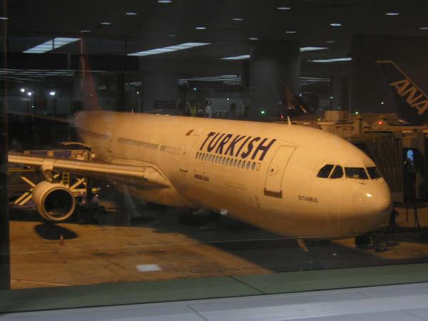 第二章 踏上旅途 九月二十日晚六点半,在反复检查完行李、物品后,我们提着重重的箱子出发了。也许是因为前几天为出游做准备太过劳累,我和老公竟在去往机场的路上睡着了。 到达机场是七点四十分,距离起飞还有整整四个小时。 由于北京至雅典目前尚未开通直航班机,我们只能转机到达。在学习了世界地图并比较了所有转机安排后,我们最终选择在土耳其伊斯坦布尔转机。此种安排的优点是在途时间最短、转机时间最短、到达时间为白天;但是,我们的选择也遭到了我们机票代理的质疑。在订票的时候,他曾提醒我们土耳其航空公司的服务非常一般;现在看